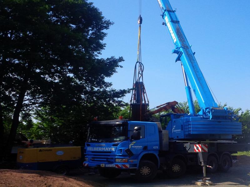 Autokram hält Ramme in der Luft, truck crane holds the ram in the air © TERRA AG, Reiden, Switzerland