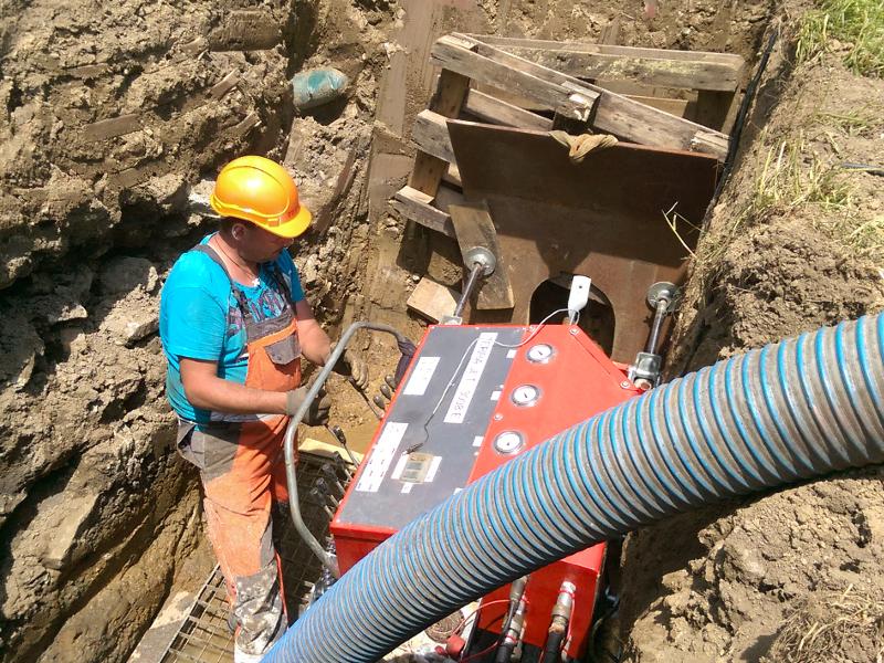 Grubenbohranlage bedienen, operate the pit launched machine © TERRA AG, Reiden, Switzerland