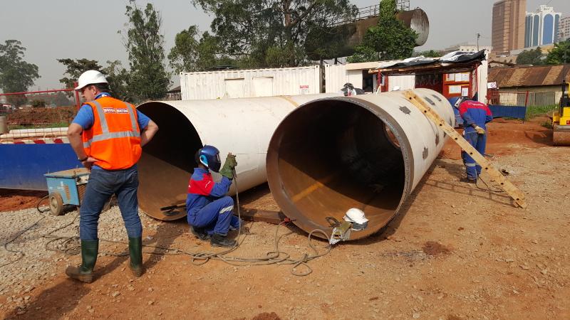 Pousse–Tube TR 565 en OUGANDA  - Des tubes acier de Ø 1 000 mm au Ø 1 800 mm doivent être installés. Pic 2