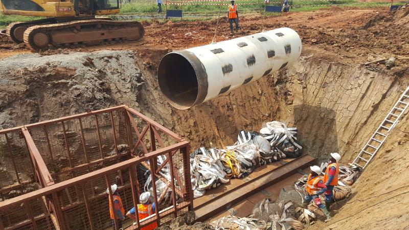 Pousse–Tube TR 565 en OUGANDA  - Des tubes acier de Ø 1 000 mm au Ø 1 800 mm doivent être installés. Pic 4