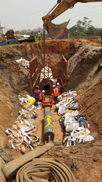 Pousse–Tube TR 565 en OUGANDA  - Des tubes acier de Ø 1 000 mm au Ø 1 800 mm doivent être installés. Pic 5