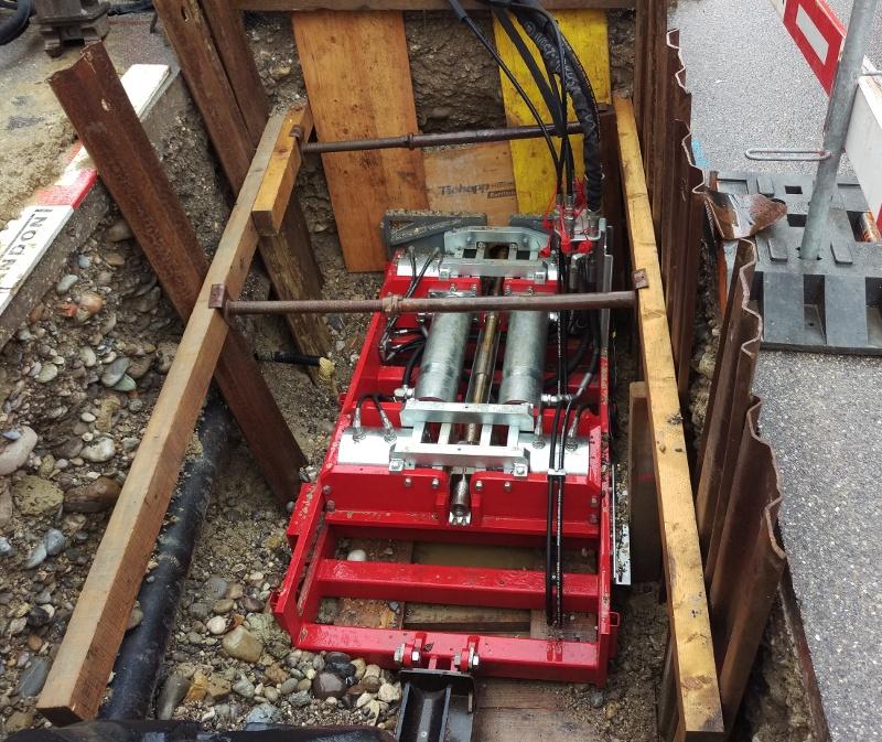 Réhabilitation de canalisations par éclatem: Machine d'éclatement à barres de 100 tonnes. Le X 1000 éclate de la fonte ductile.