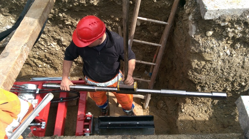 Réhabilitation de canalisations par éclatem: Présentation de la barre suivante avec un engin de levage et une connexion magnétique.