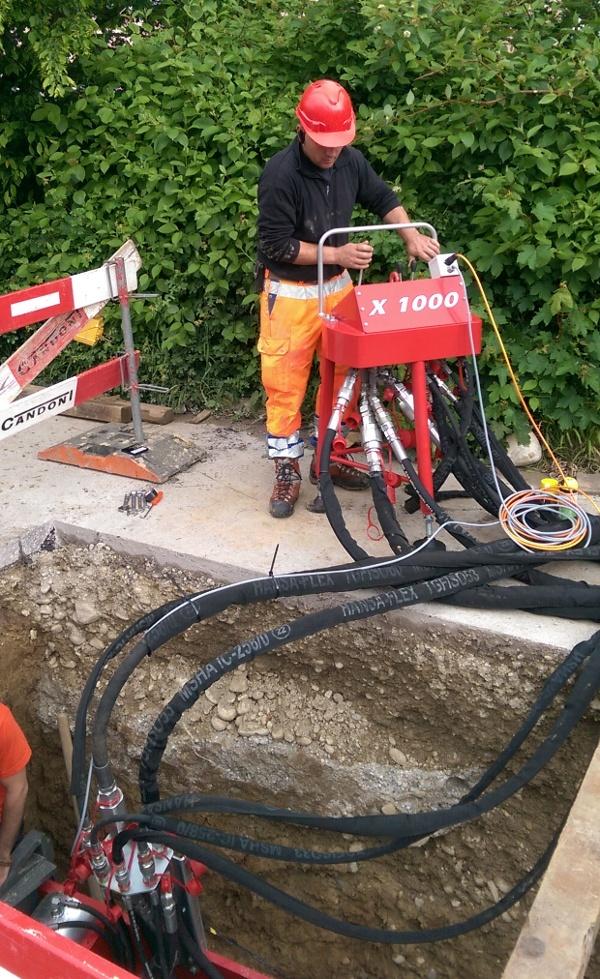 Réhabilitation de canalisations par éclatem: Le pupitre de commande déporté permet d'actionner la machine depuis la surface.