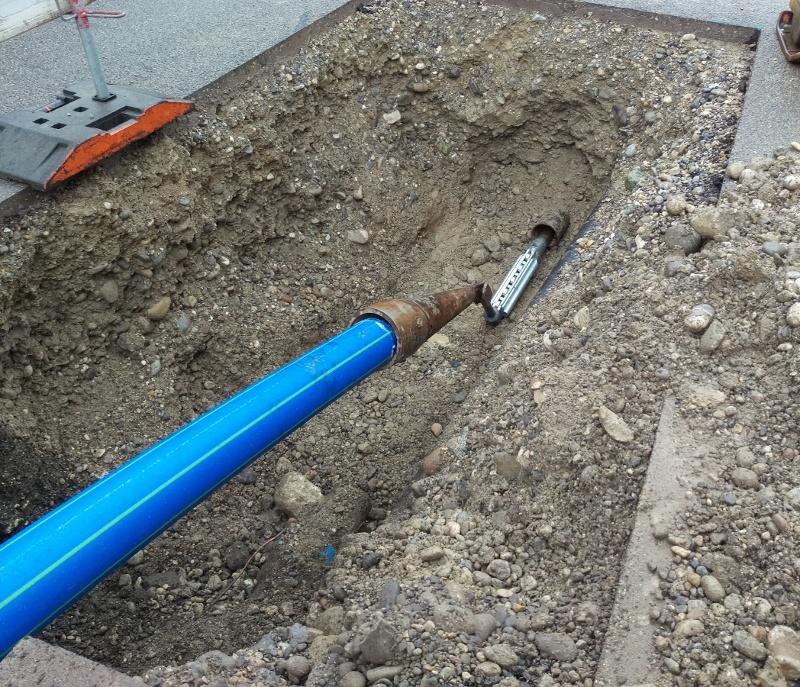 Réhabilitation de canalisations par éclatem: Le couteau à rouleaux découpe l'ancien tuyau. Le cône élargisseur et le nouveau tuyau en PEHD sont assemblés derrière le couteau.