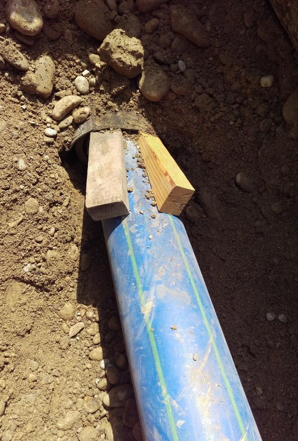Réhabilitation de canalisations par éclatem: Le nouveau tuyau est tiré dans l'ancienne canalisation découpée par le couteau.