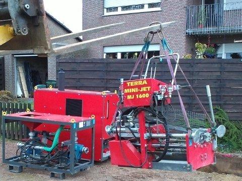 Die Bohranlage TERRA MJ 1600 wird in die Baugrube gehoben© TERRA AG, Reiden, Switzerland